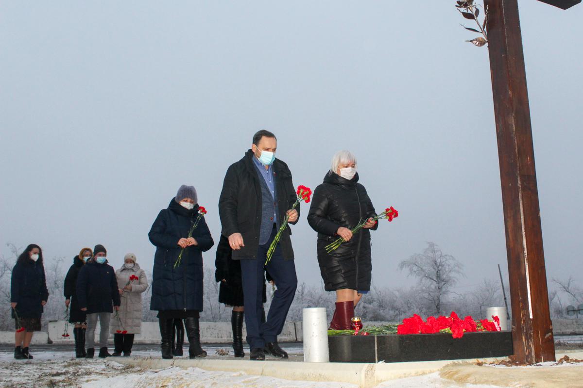Активисты ОД «Мир Луганщине» возложили цветы к Поклонному кресту в память о погибших журналистах