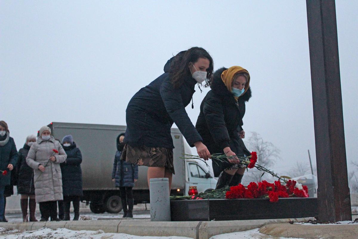 Активисты ОД «Мир Луганщине» возложили цветы к Поклонному кресту в память о погибших журналистах 1