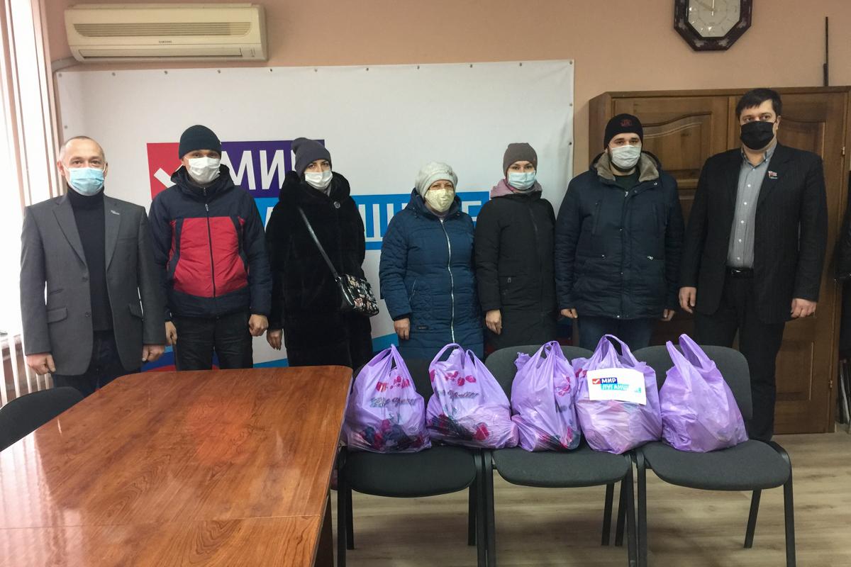 Депутат Народного Совета ЛНР передал жителям Лутугино продуктовые наборы от проекта «Волонтёр»