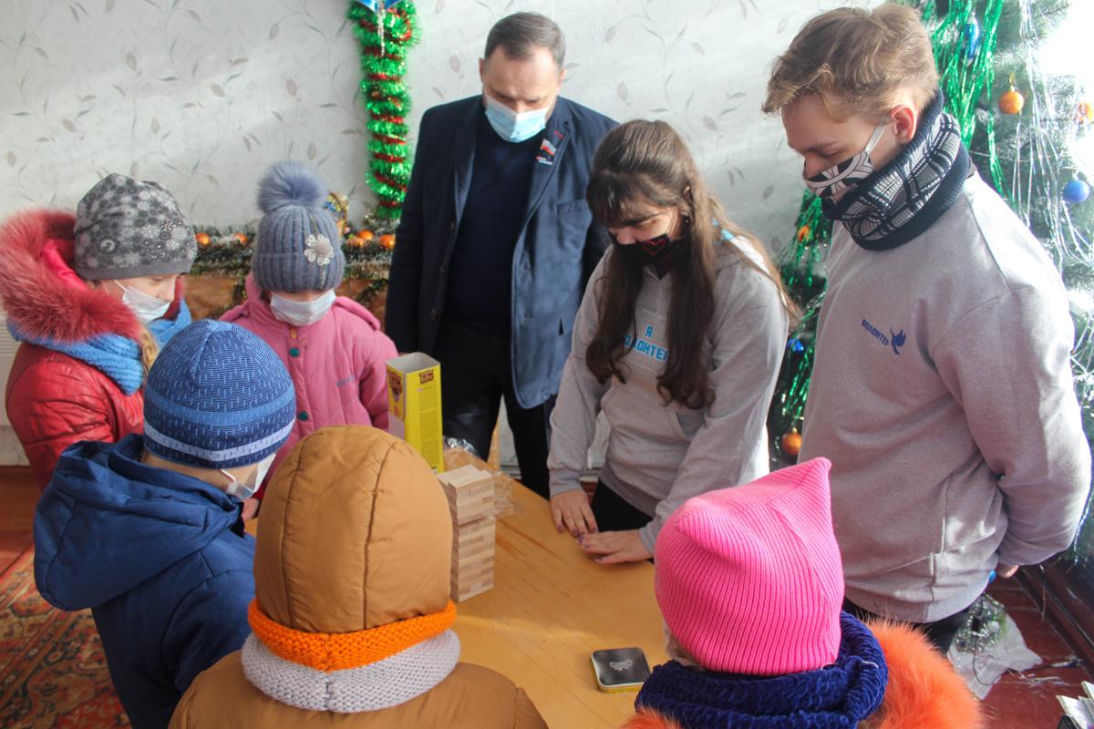 Детям из сёл Славяносербского района передали настольные игры от проекта «Волонтёр» 7