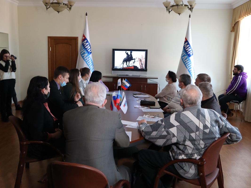 В Луганске активисты проекта «Молодая Гвардия» провели круглый стол, приуроченный ко Дню Героев Отечества 2