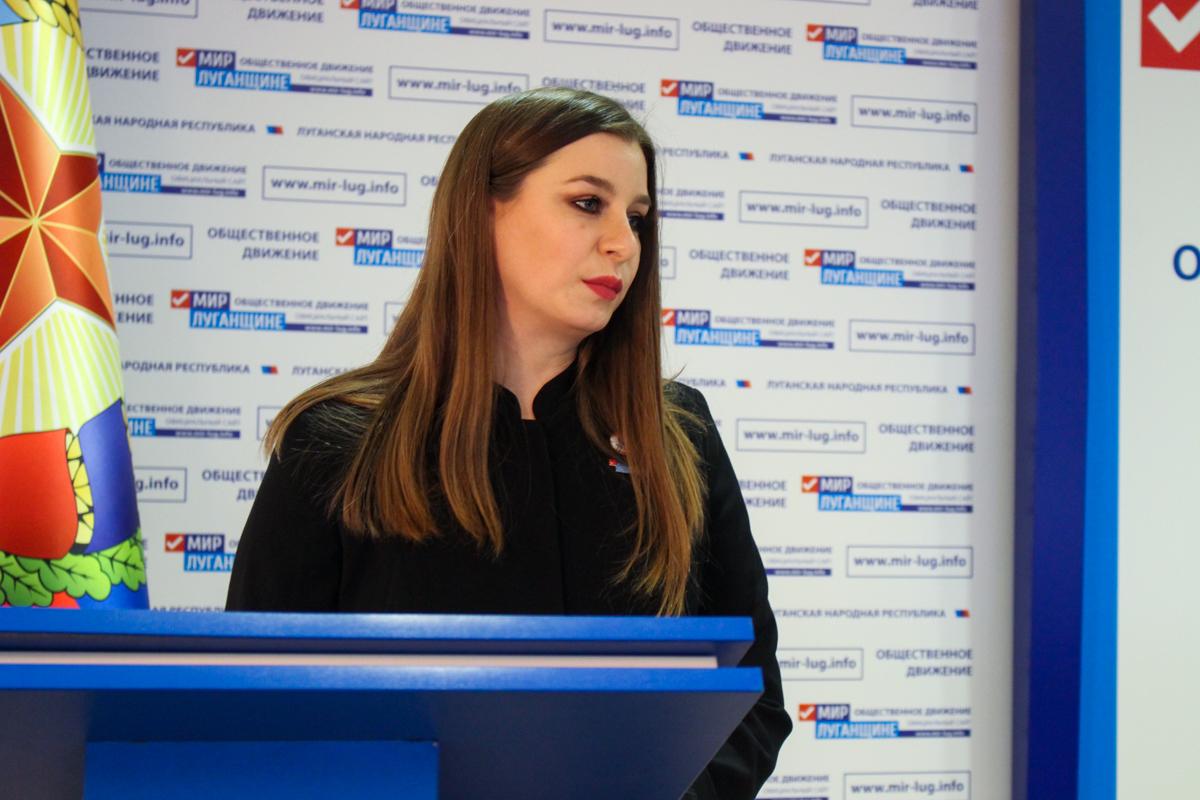 Активистка проекта «Волонтёр» ОД «Мир Луганщине» Ирина Стремилова рассказала, хоть волонтёром иногда быть не просто, для неё главное – видеть улыбки людей и понимать, что сделала их немного счастливее. 6
