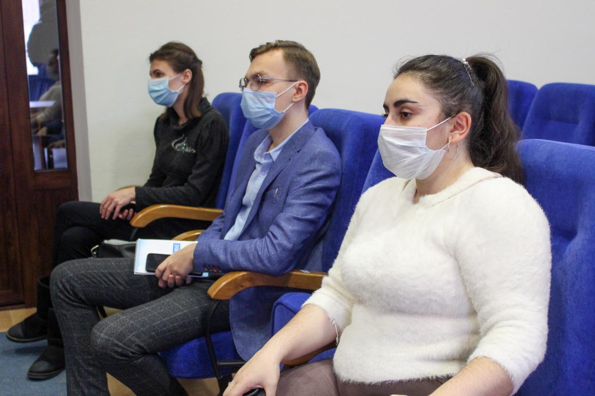 Активистка проекта «Волонтёр» ОД «Мир Луганщине» Ирина Стремилова рассказала, хоть волонтёром иногда быть не просто, для неё главное – видеть улыбки людей и понимать, что сделала их немного счастливее. 5