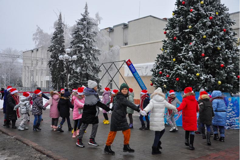 В Свердловске детям активистов ОД «Мир Луганщине» вручили сладкие подарки 2