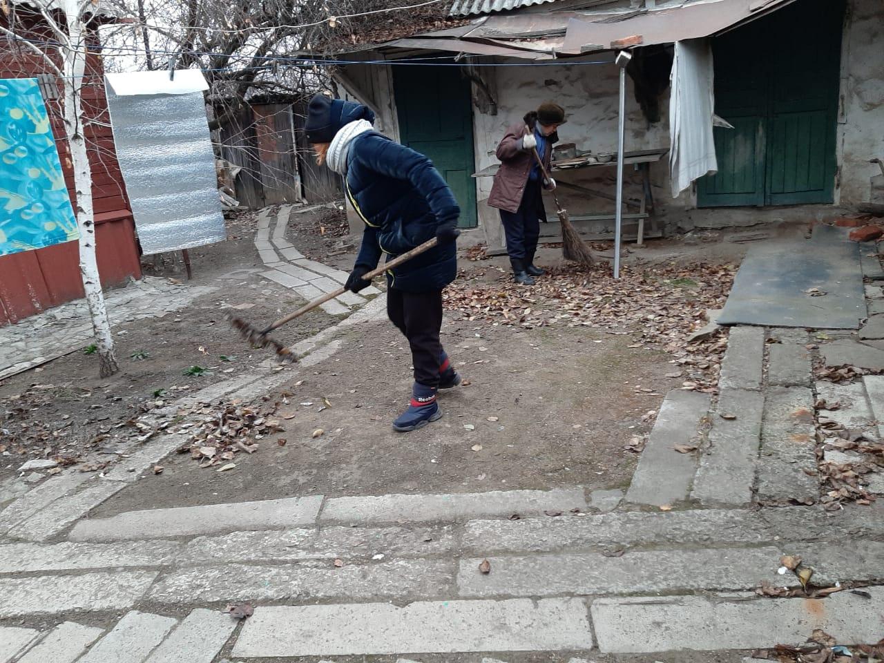 В Красном Луче активисты навели порядок во дворе местной жительницы
