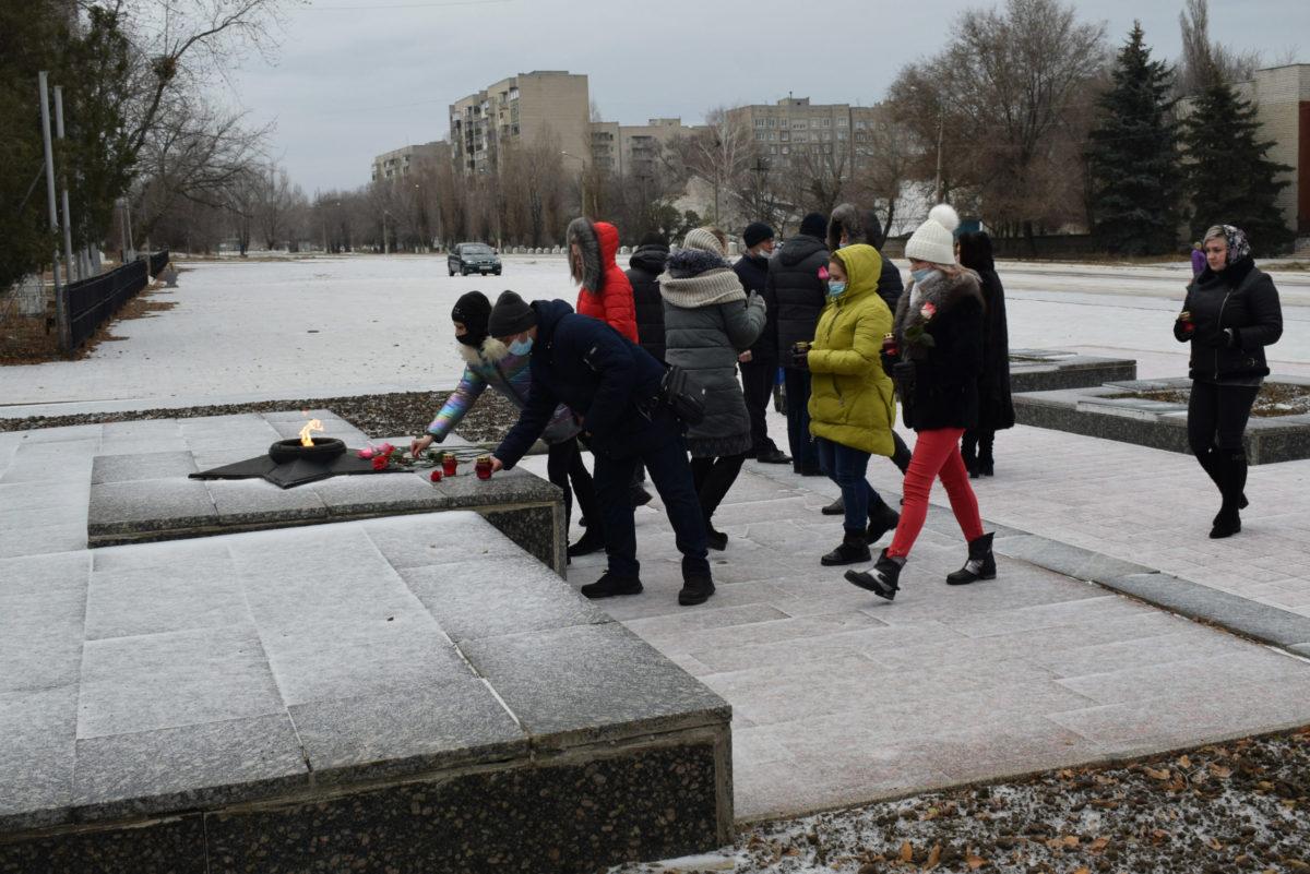 В Первомайске активисты возложили цветы у подножия памятника воинам-освободителям