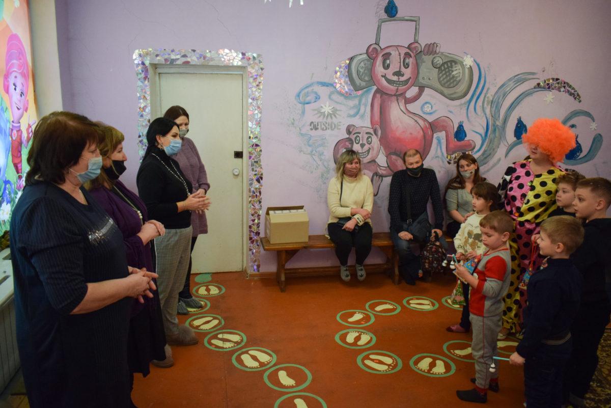 Депутат Елена Фарахова поздравила детей из Первомайска