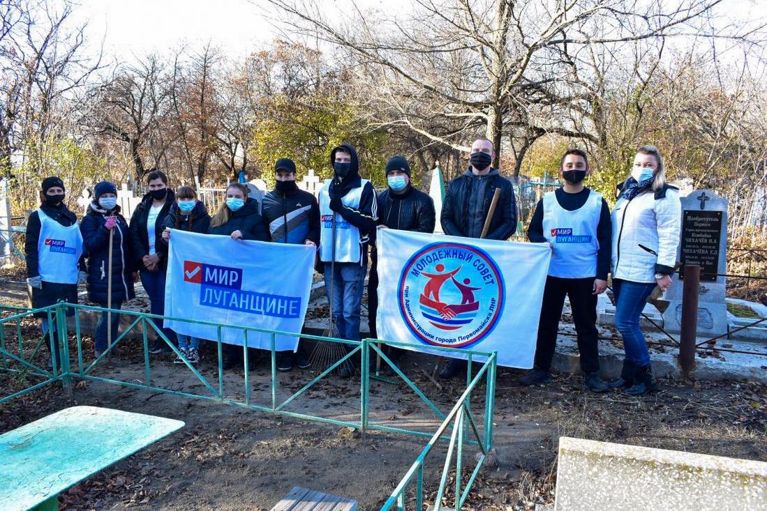 В Первомайске активисты провели субботник возле на Менжинском кладбище 3