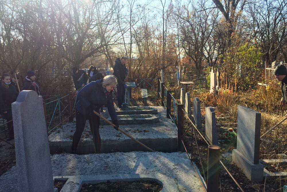 В Первомайске активисты провели субботник возле на Менжинском кладбище