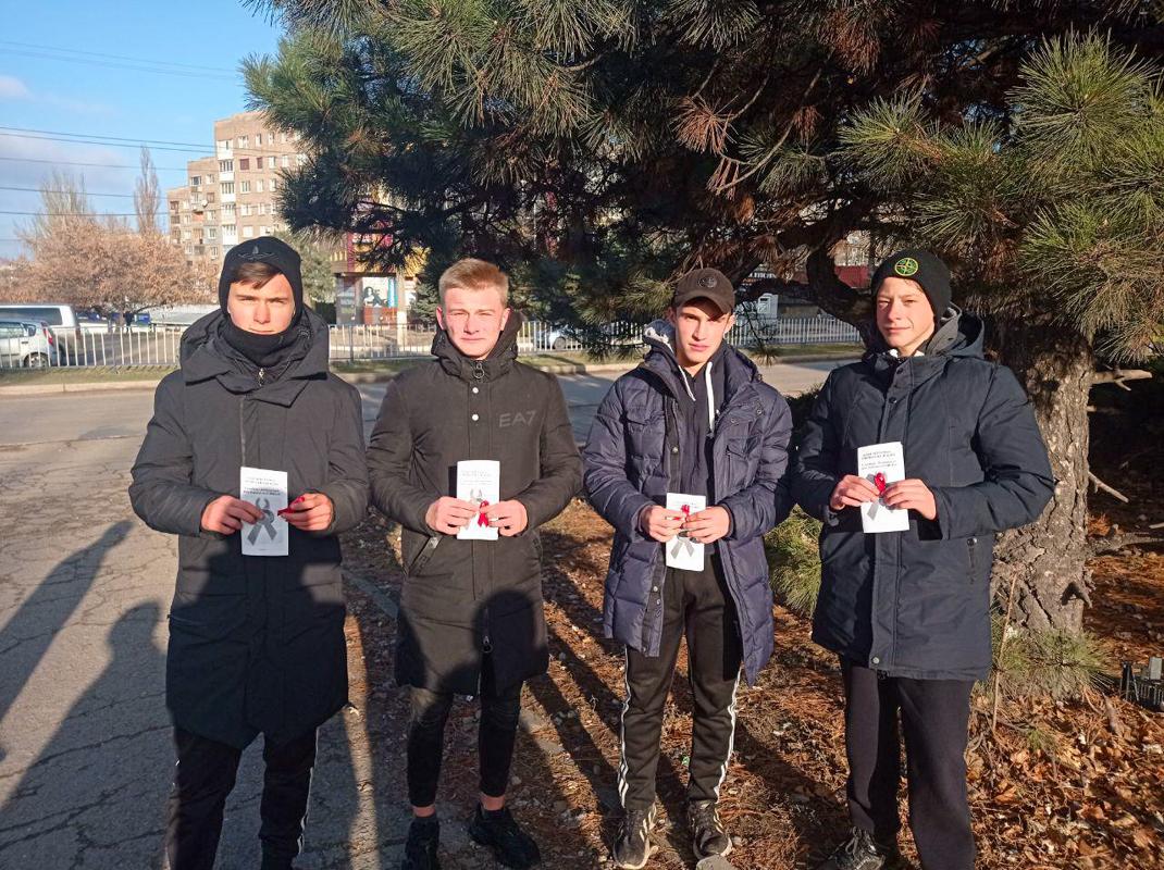 Активисты ЛНР провели акции, посвящённые Всемирному дню борьбы со СПИДом 2