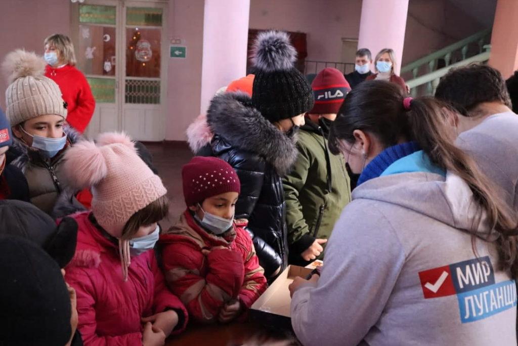 В клубы прифронтового посёлка Южная Ломоватка от проекта «Волонтёр» передали 50 настольных игр