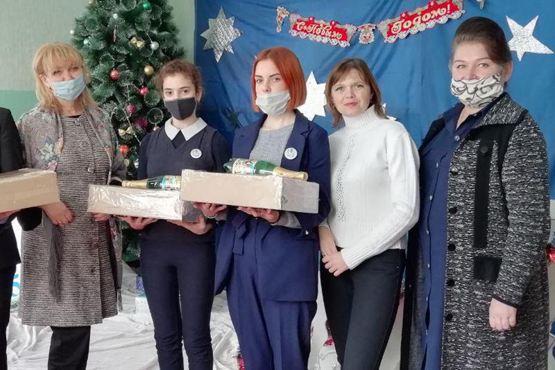 Депутаты Ирина Андрух и Анна Мосина вручили сладкие подарки многодетным семьям 2