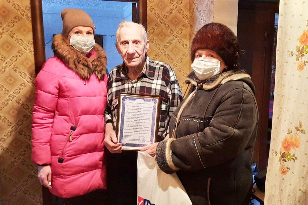 Антрацитовские активисты поздравили ветерана с днём рождения