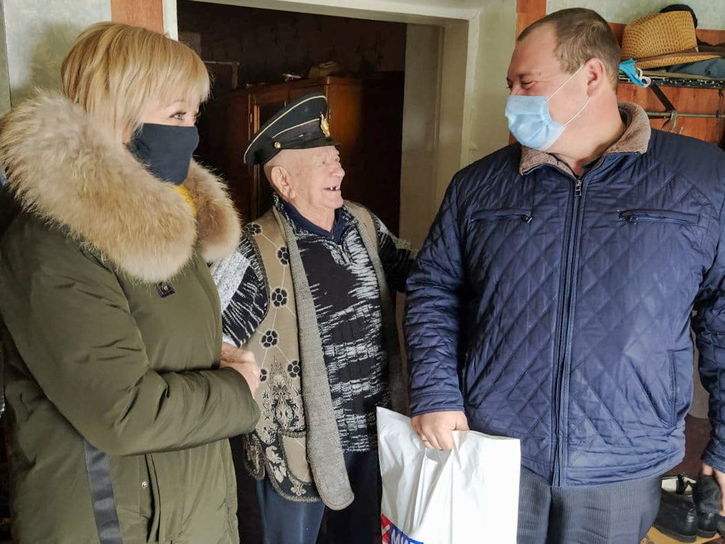 Активисты Славяносербского района поздравили ветерана с наступающим Новым годом