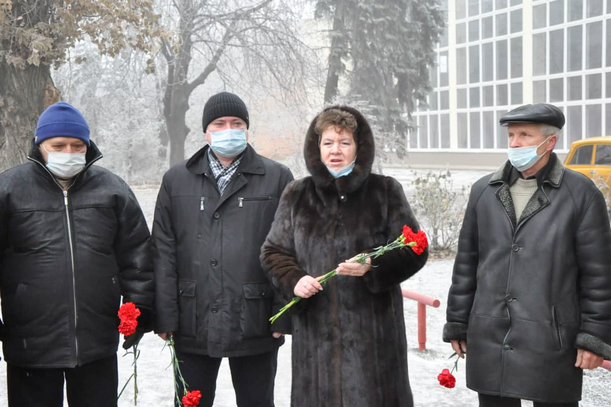 Жители Стаханова возложили цветы к памятному знаку жертвам Чернобыльской катастрофы