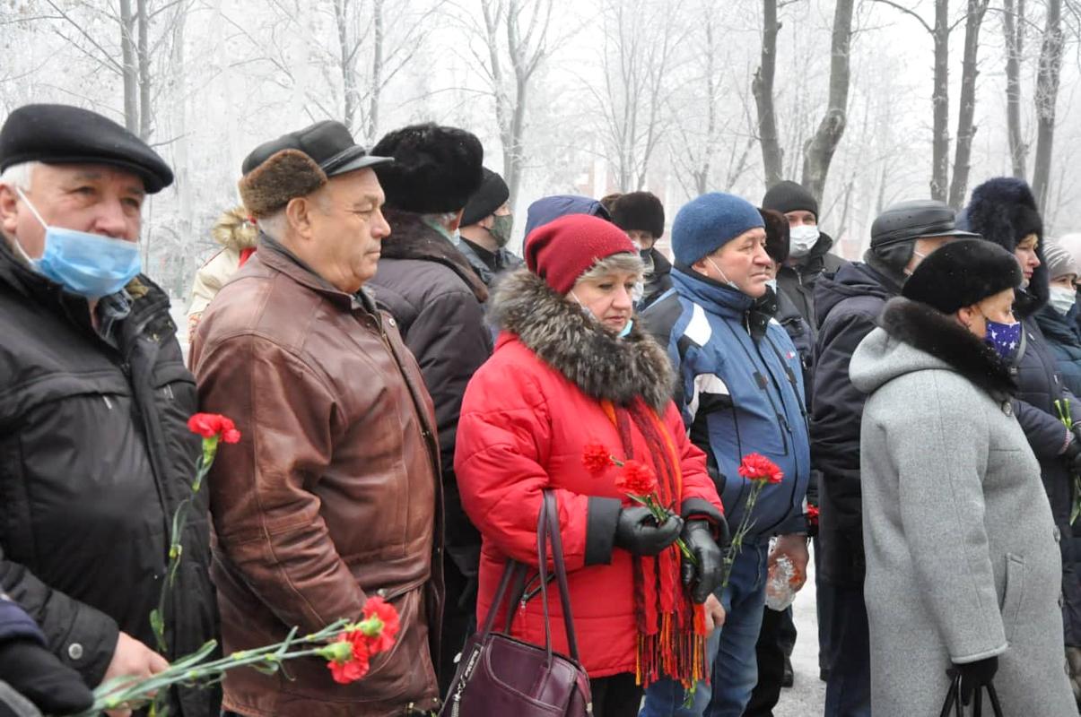 Жители Стаханова возложили цветы к памятному знаку жертвам Чернобыльской катастрофы 2