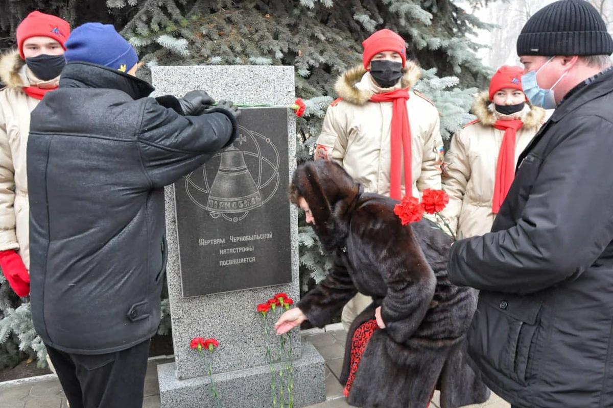 Жители Стаханова возложили цветы к памятному знаку жертвам Чернобыльской катастрофы 1