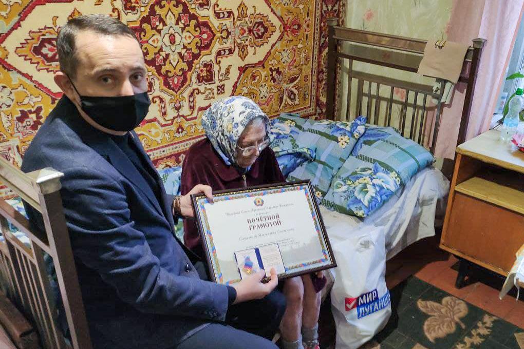 Андрей Губарев поздравил ветеранов Стаханова с юбилеем 2
