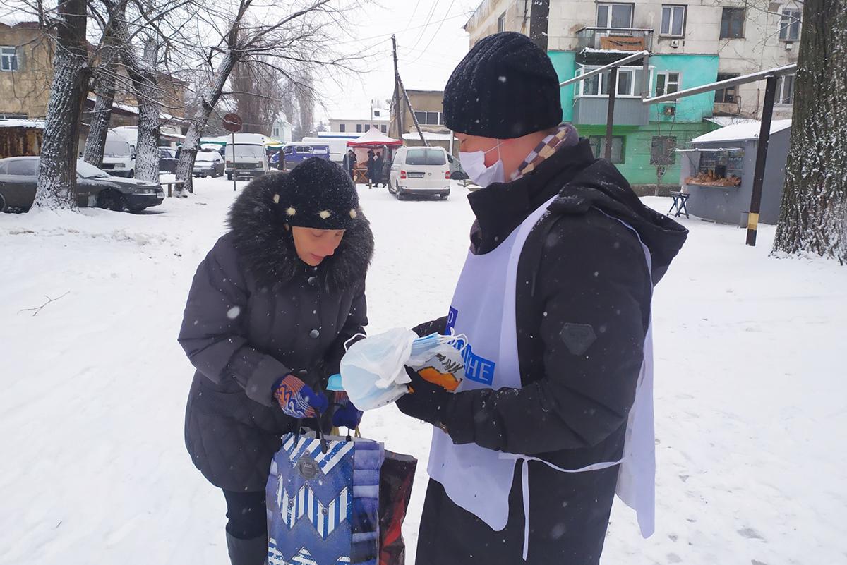 Кировские активисты проекта «Молодая Гвардия» провели в Кировке акцию по раздаче медицинских масок
