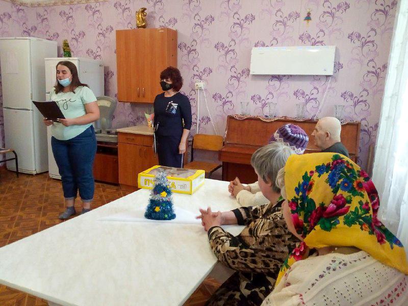 Активисты Перевальска посетили пенсионеров в стационарном отделении для постоянного проживания «Забота» 3