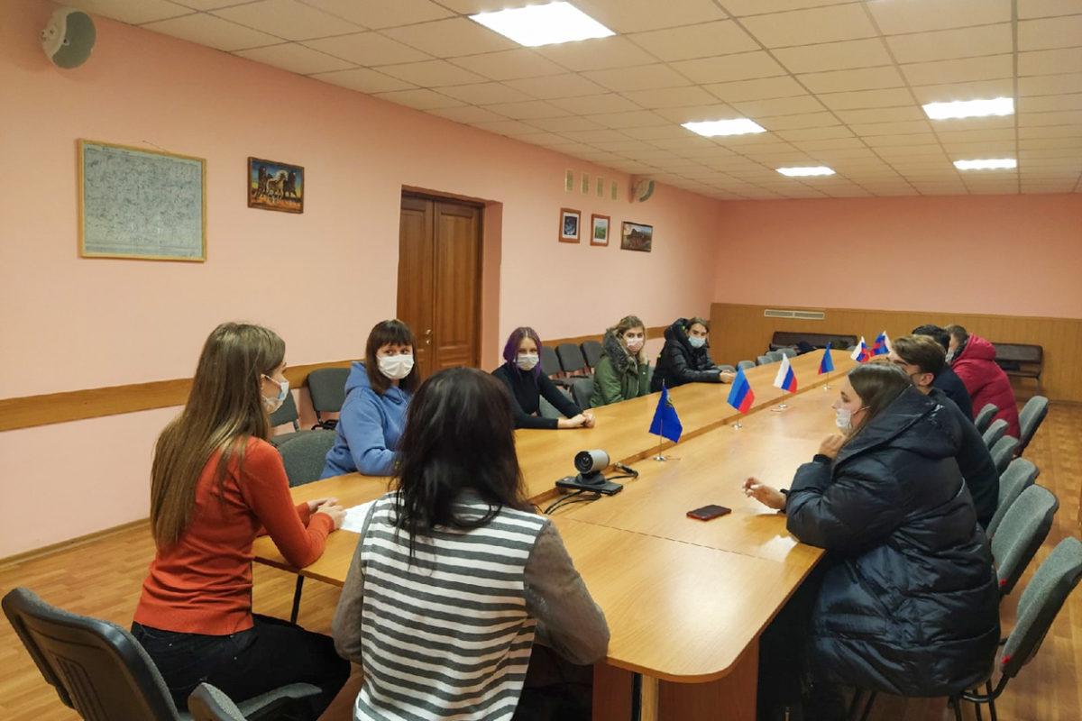 Активисты в Перевальске провели урок мужества, посвящённый памяти воинов, защитников Донбасса
