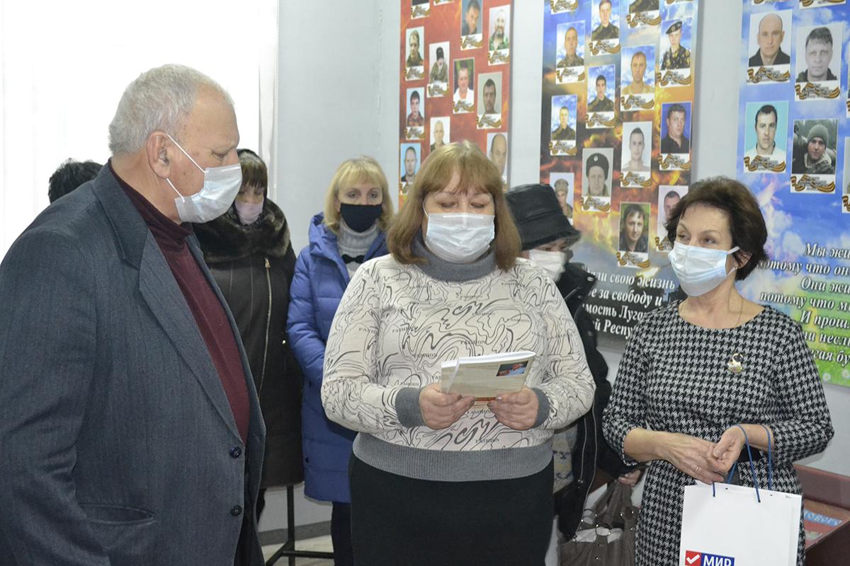 Активисты передали в музей истории города Ровеньки сборник новелл «Эхо войны» Алексея Чепурнова