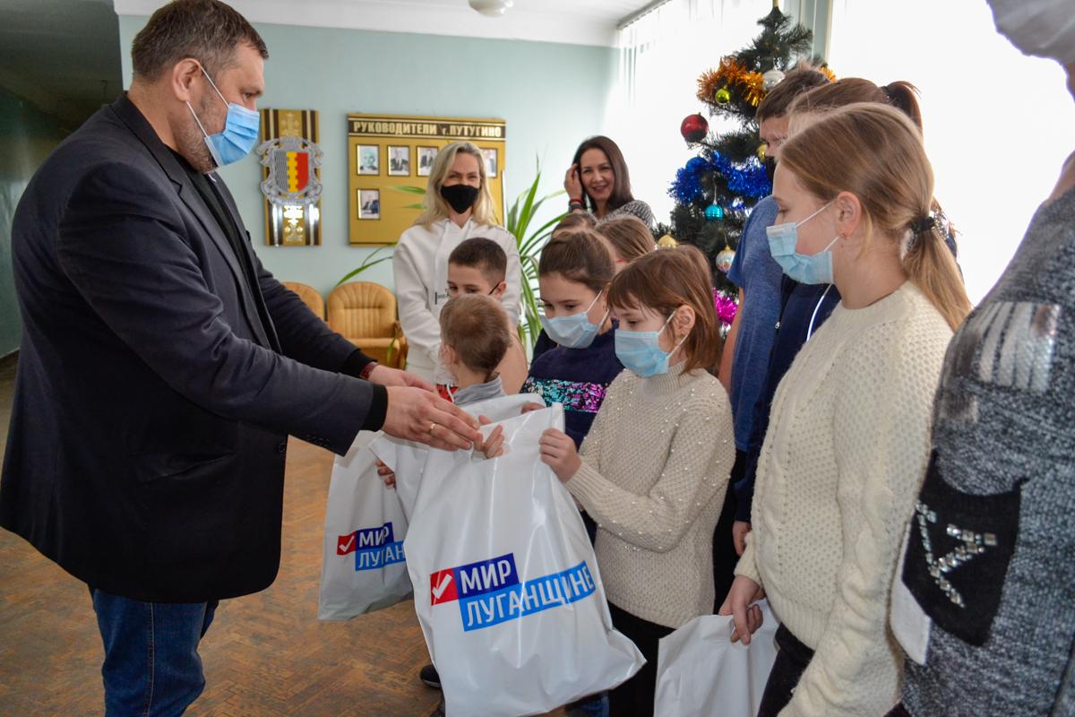 Воспитанников и руководителей творческих коллективов Лутугино поздравили с рождественскими праздниками