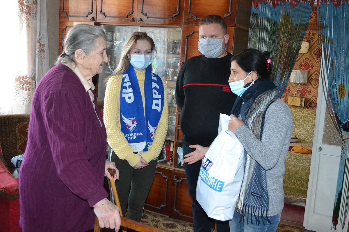 Депутат Белла Демешко с активистами движения посетила ветерана труда