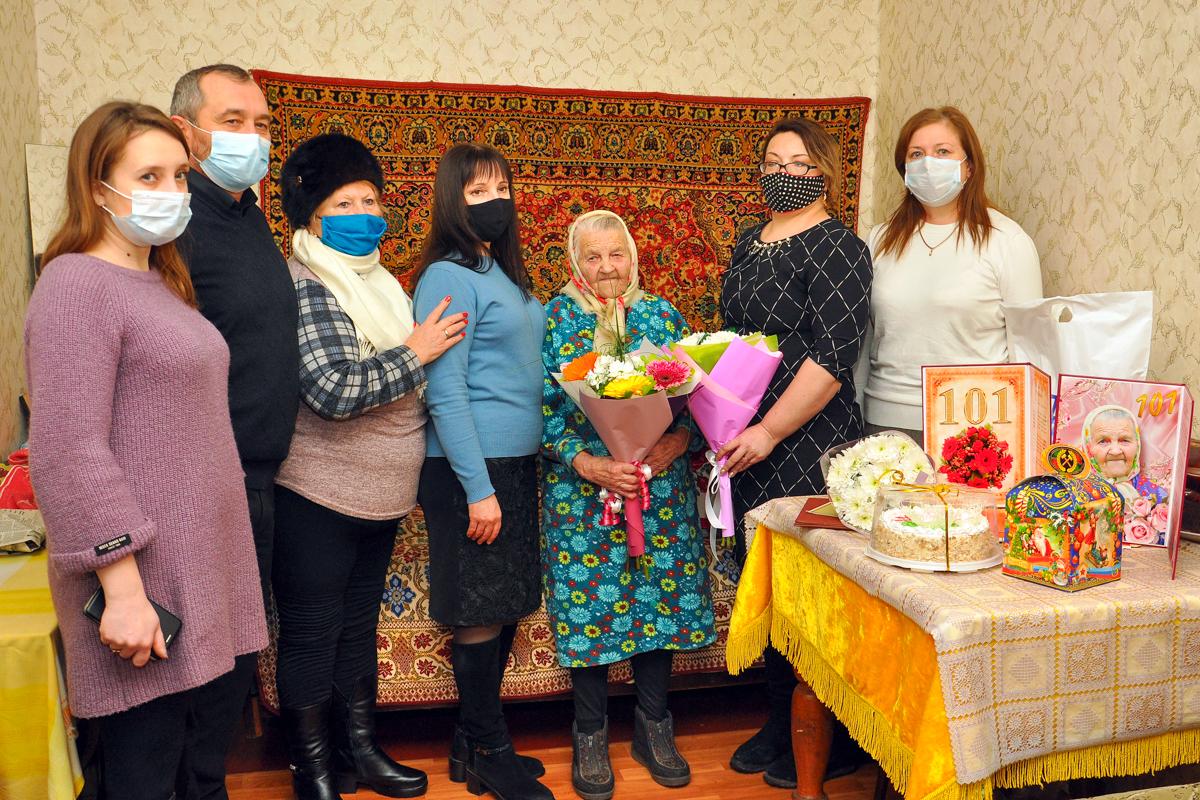 В Свердловском районе поздравили ветерана Великой Отечественной войны Марию Гончарук