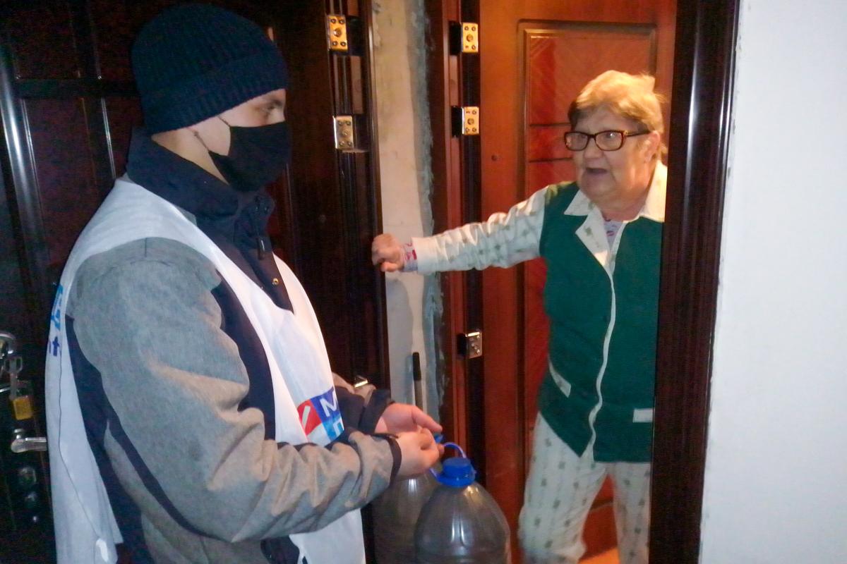 Двум жителям Алчевска помогли волонтёры акции «Рука помощи»