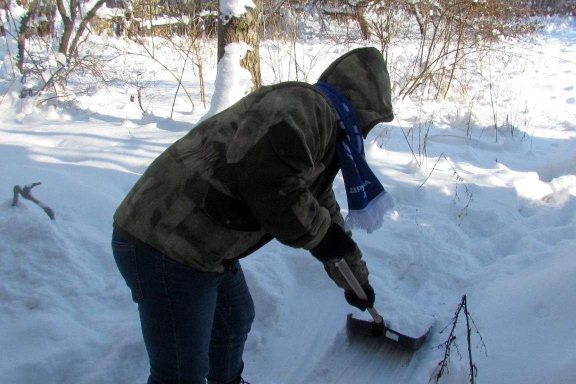 В Брянке активисты проекта «Дружина» помогли двум жителям расчистить снег во дворах