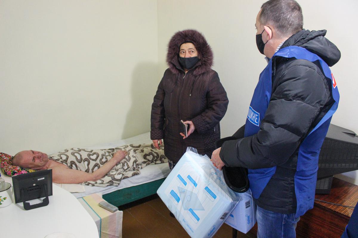 Депутат передал помощь жителю Луганска, имеющего инвалидность 1-й группы 2