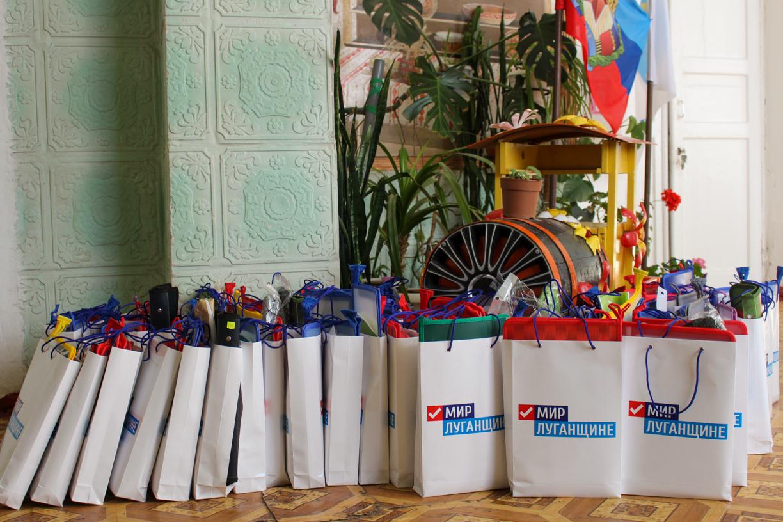 В рамках акции «С заботой о детях!» активисты ОД «Мир Луганщине» передали более 90 канцелярских наборов воспитанникам «Стахановской школы-интерната №2» 1