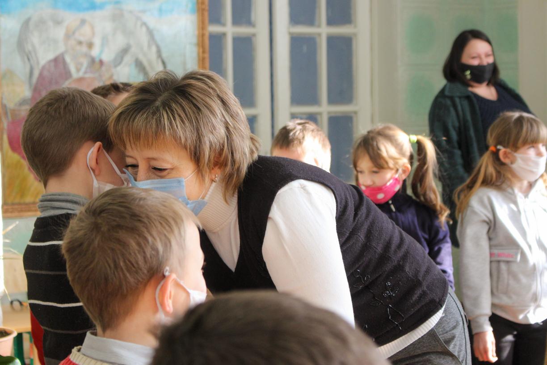 В рамках акции «С заботой о детях!» активисты ОД «Мир Луганщине» передали более 90 канцелярских наборов воспитанникам «Стахановской школы-интерната №2» 4