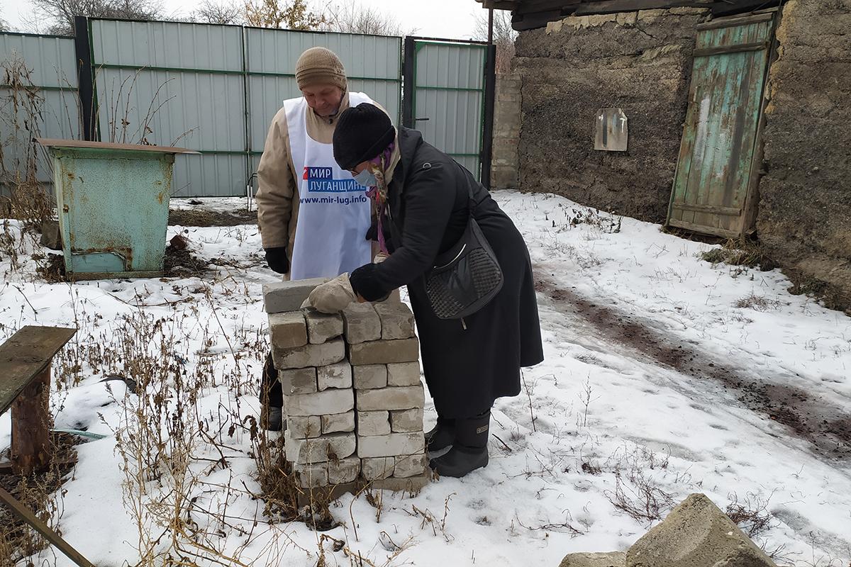 Активисты Петровского первичного отделения движения помогли семье инвалидов