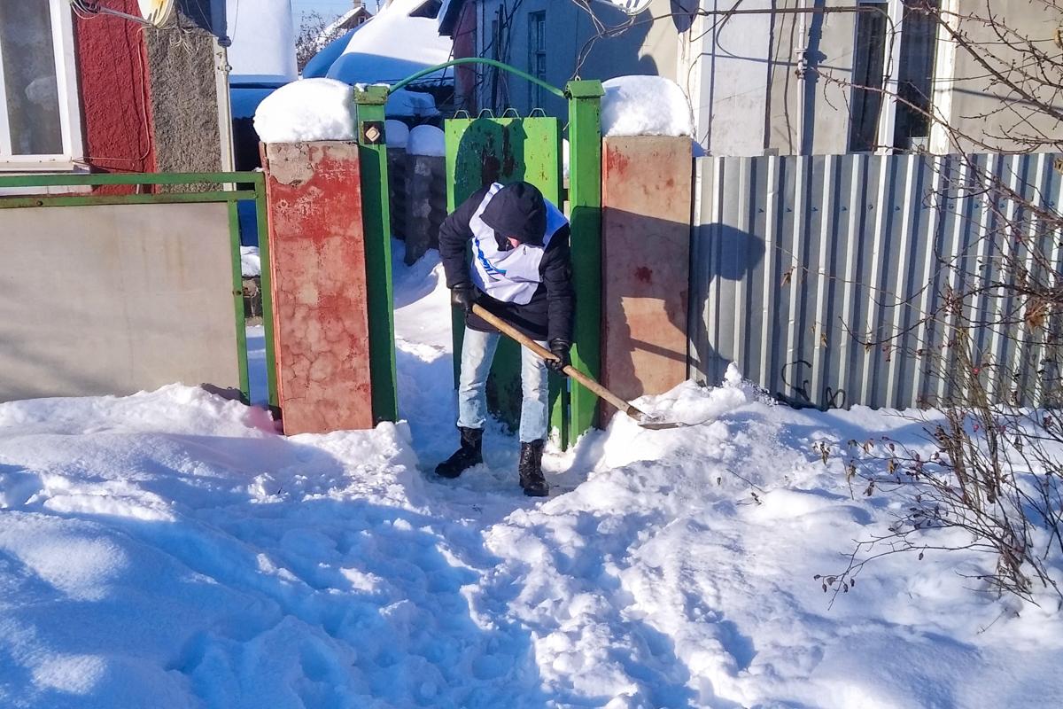 Активисты проекта «Дружина» из Алчевска расчистили снег во дворе ветерана 3