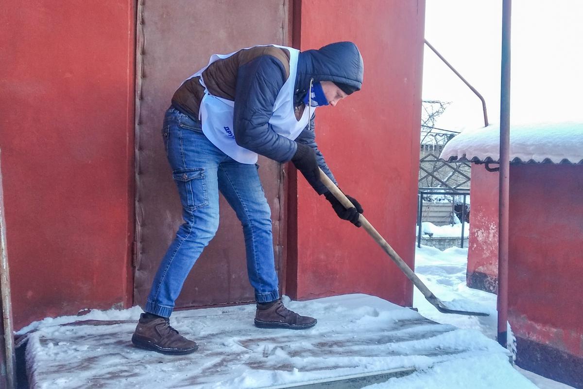 Активисты проекта «Дружина» из Алчевска расчистили снег во дворе ветерана