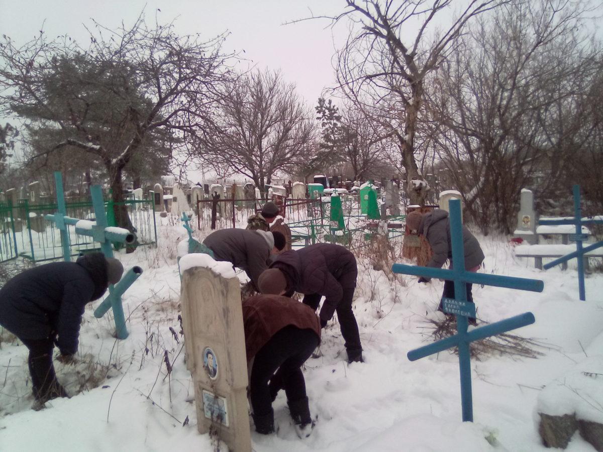 Краснолучские активисты привели в порядок места заброшенных захоронений