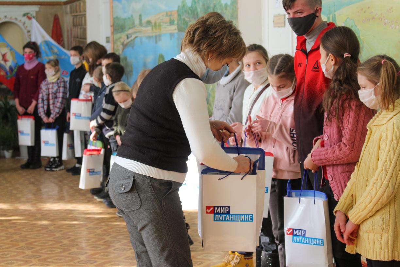 В рамках акции «С заботой о детях!» активисты ОД «Мир Луганщине» передали более 90 канцелярских наборов воспитанникам «Стахановской школы-интерната №2»