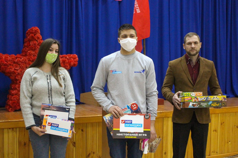 Активисты проекта «Волонтёр» ОД «Мир Луганщине» передали 10 настольных игр для ребят школы №67 города Александровска