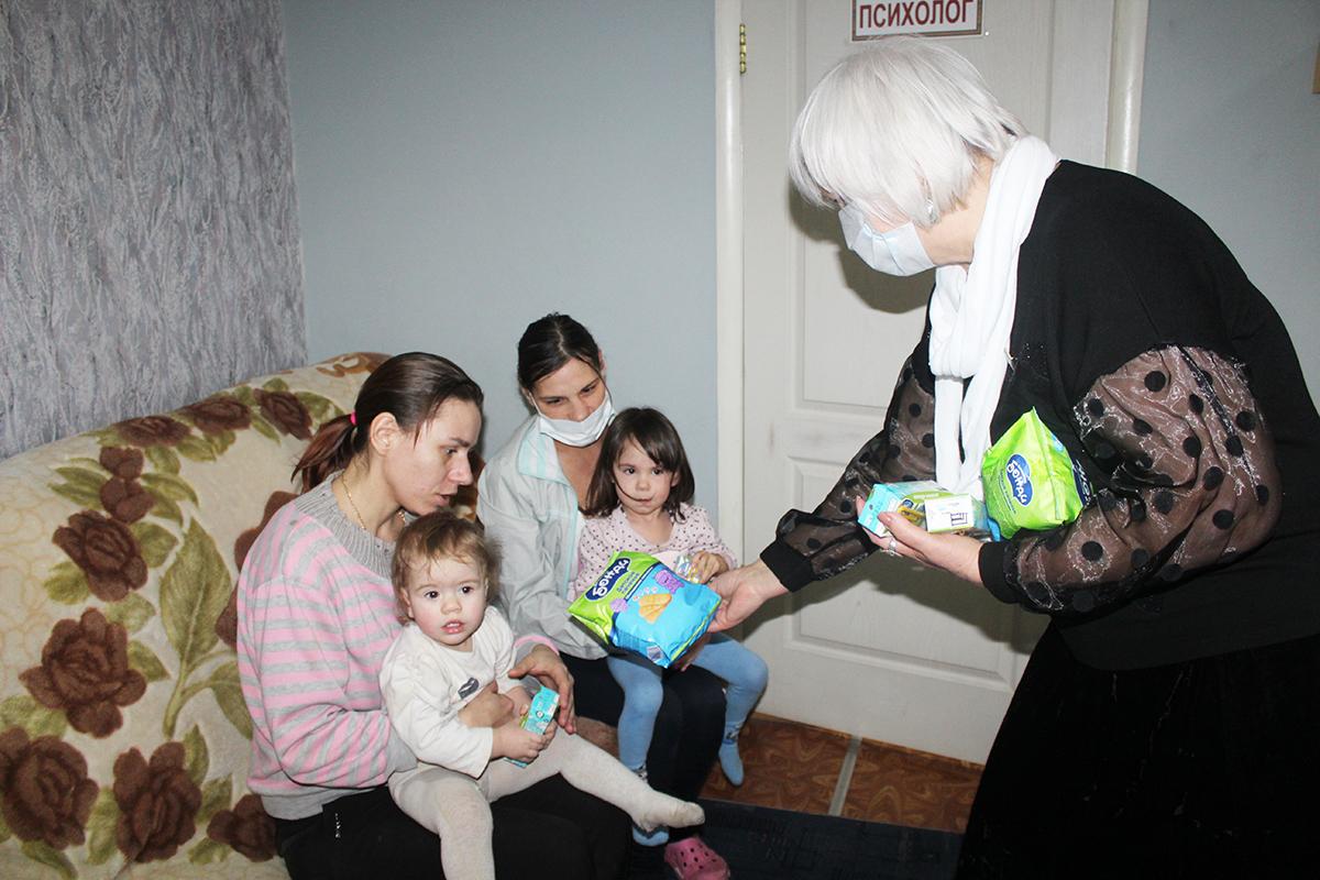 Активисты ОД «Мир Луганщине» навестили подопечных Республиканского центра социальной поддержки 4