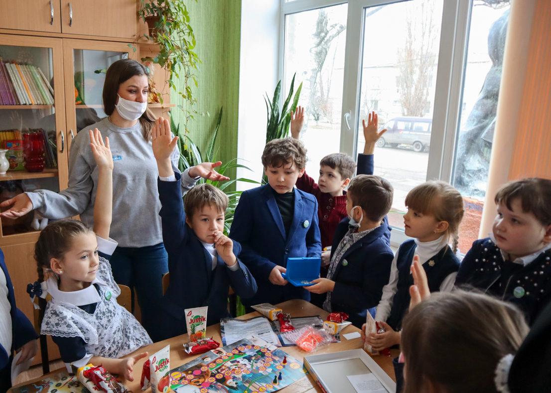 Активисты проекта «Волонтёр» передали два комплекта настольных игр в посёлок Николаевка