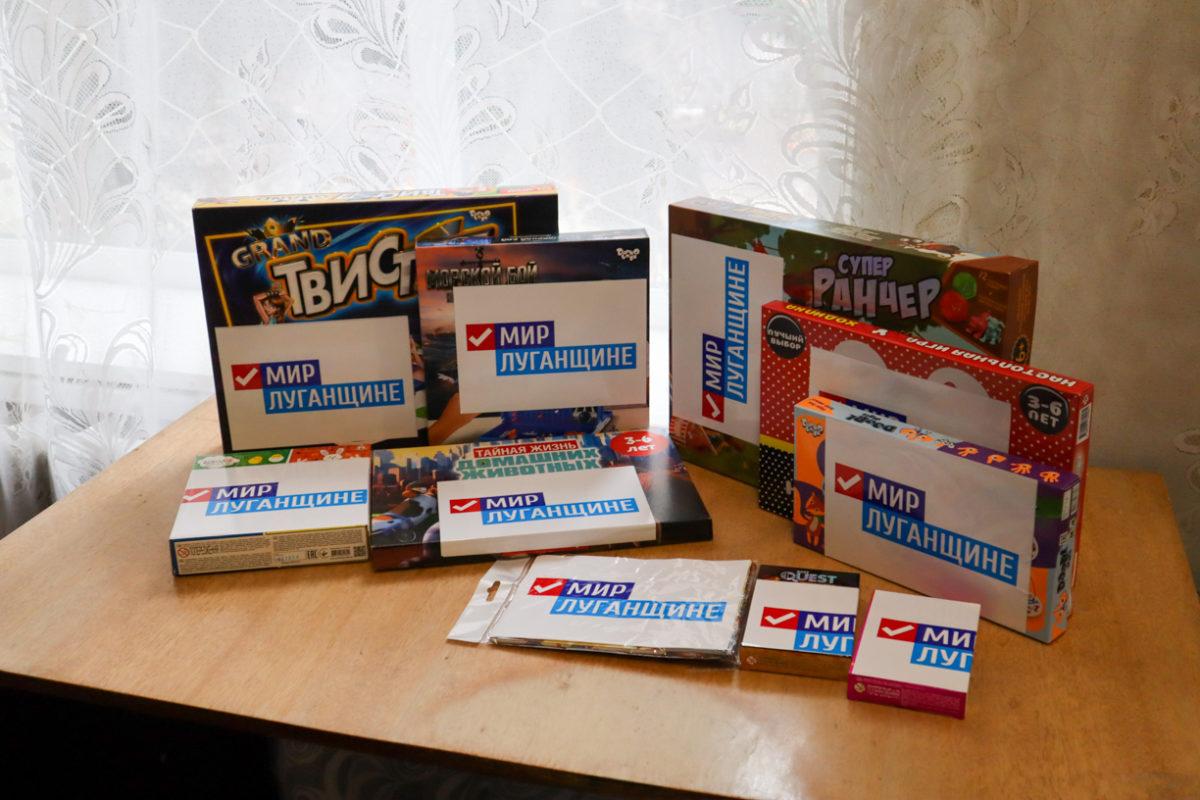 Активисты проекта «Волонтёр» передали два комплекта настольных игр в посёлок Николаевка 1