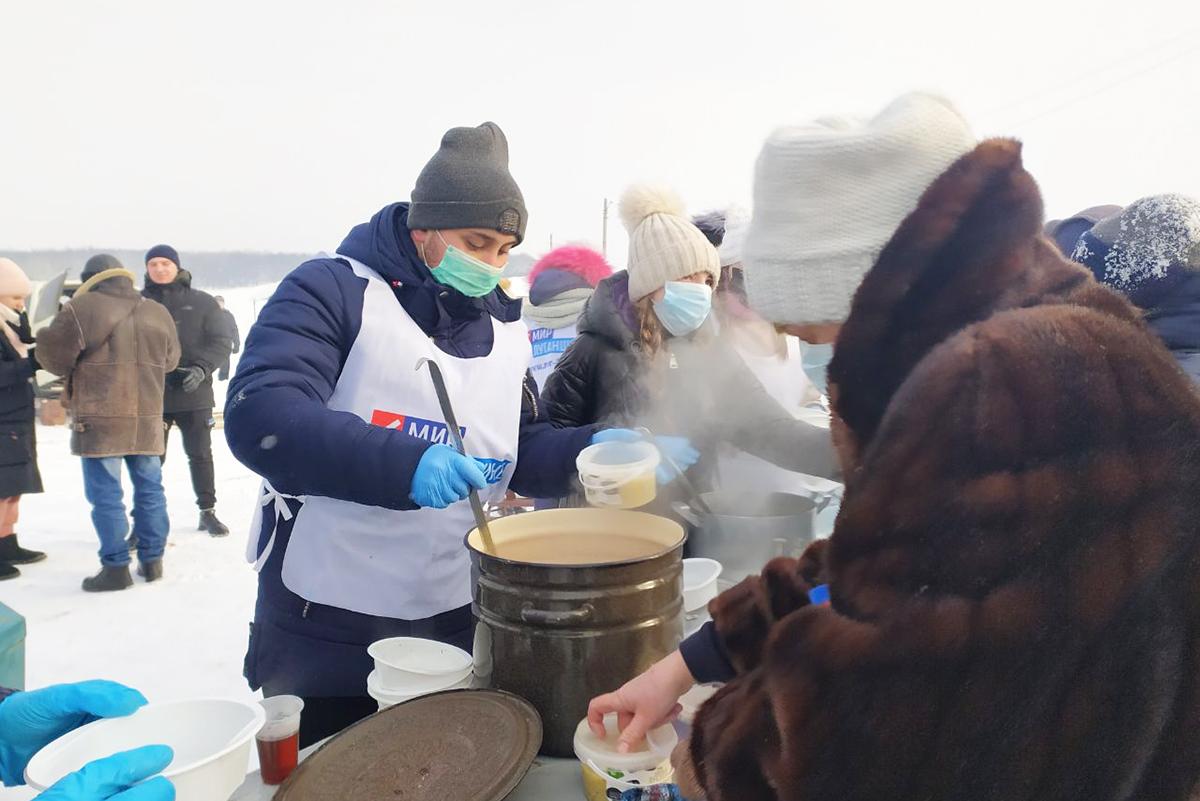 В Первомайске активисты угостили жителей города чаем и кулешом