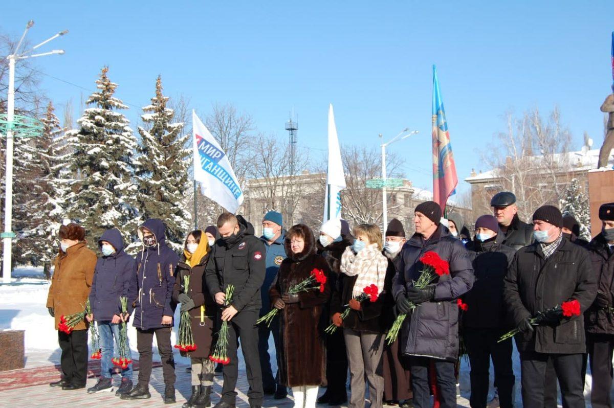 В Стаханове по случаю годовщины массированных обстрелов города возложили цветы к мемориалу памяти