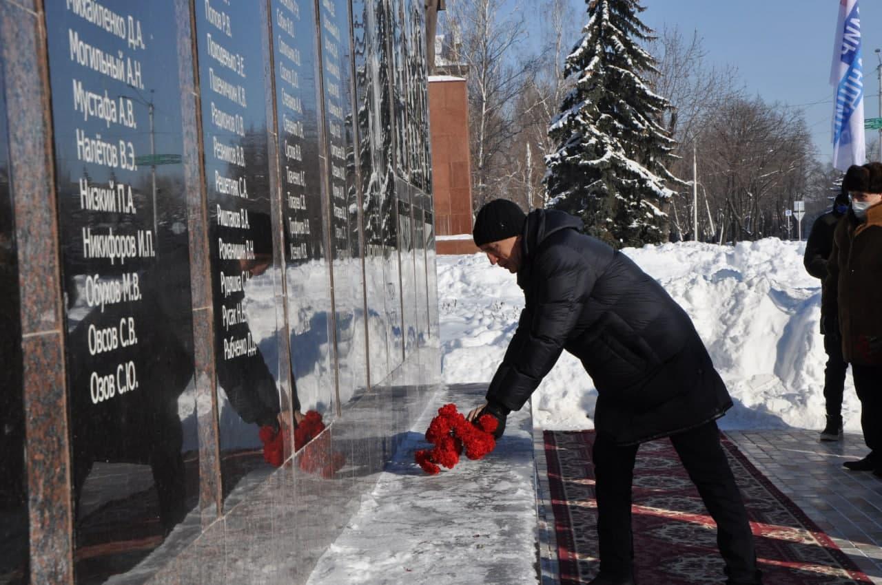 В Стаханове по случаю годовщины массированных обстрелов города возложили цветы к мемориалу памяти 3