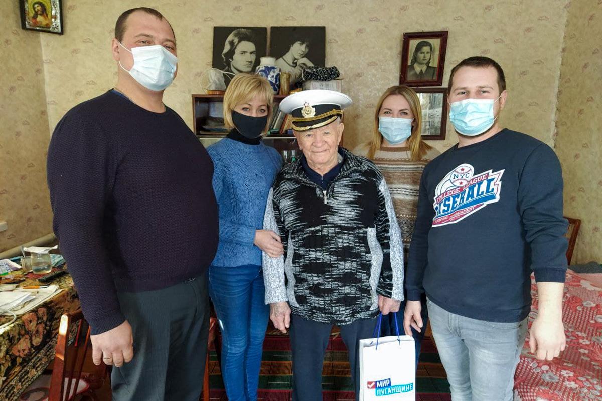 Активисты ОД «Мир Луганщине» из посёлка Металлист поздравили ветерана с 98-летием
