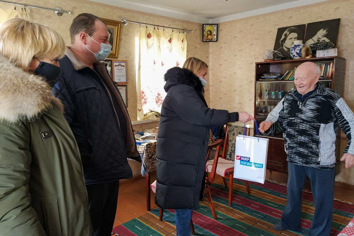 Активисты ОД «Мир Луганщине» из посёлка Металлист поздравили ветерана с 98-летием 2