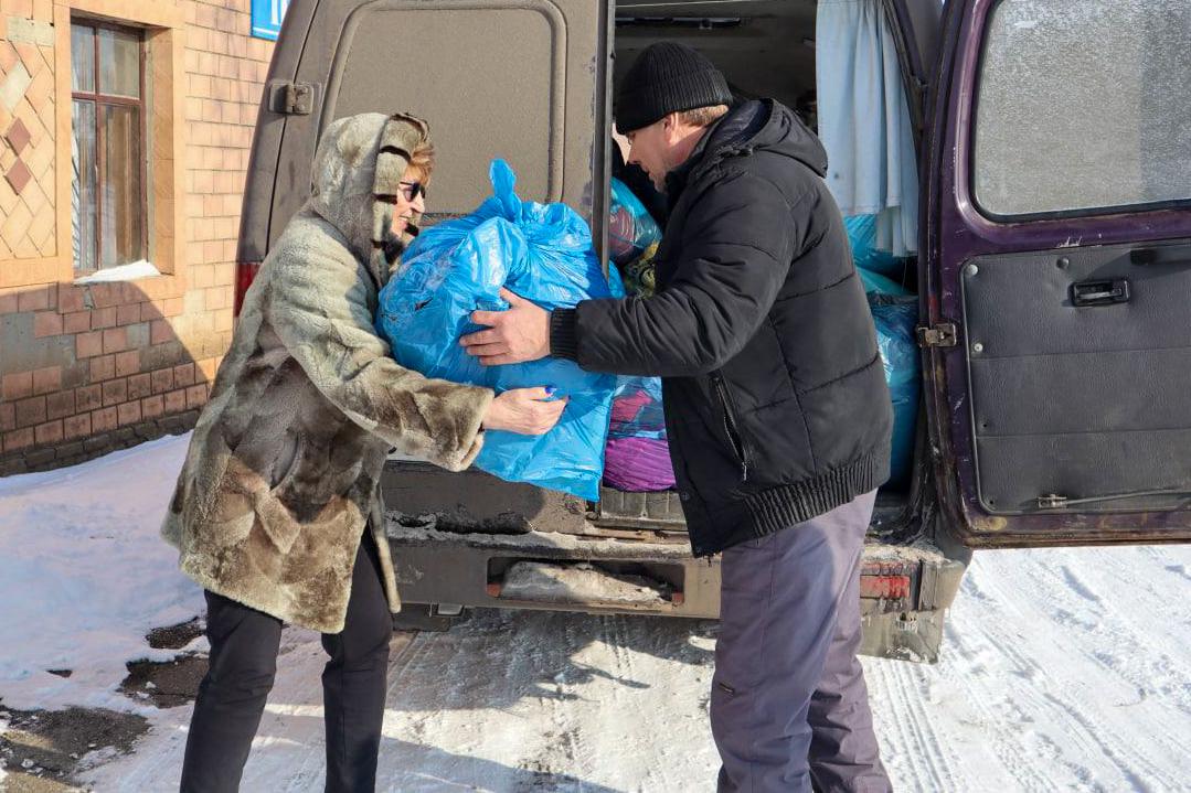Депутат и активисты проекта «Волонтёр» передали помощь жителям Лутугинского района 1