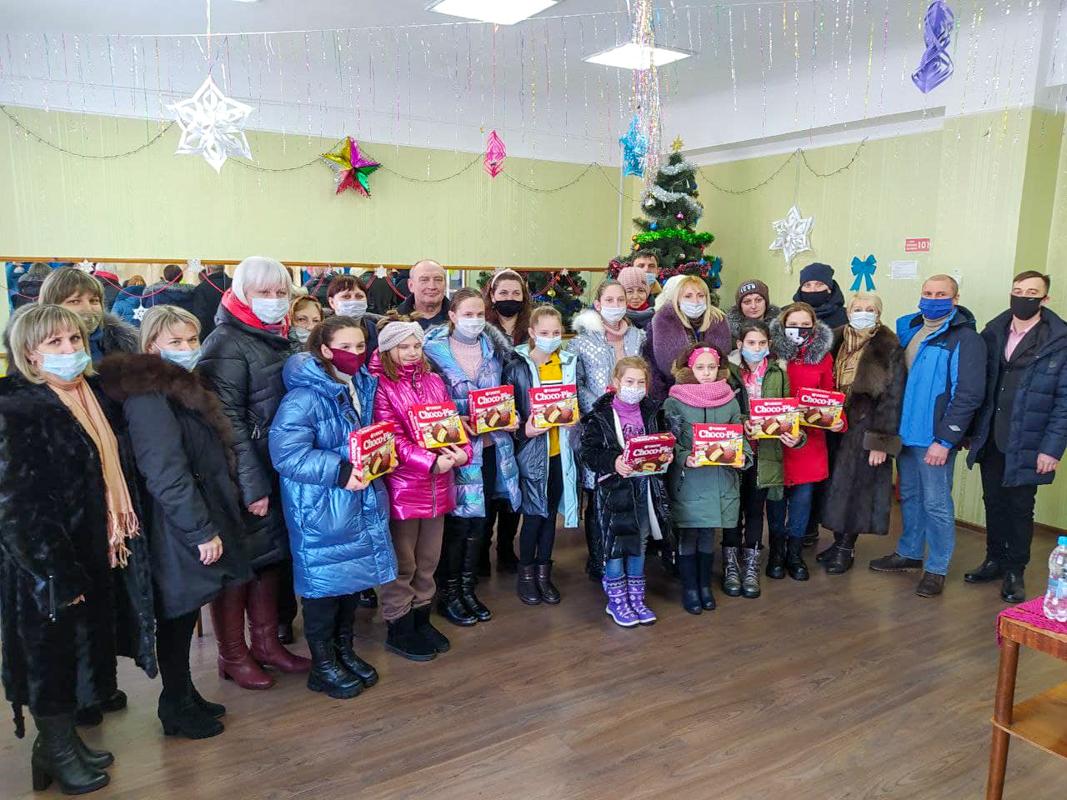 В посёлке Родаково депутат и активисты ОД «Мир Лугнащине» встретились с участниками танцевального коллектива «Незабудки»
